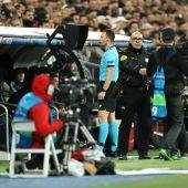 Un árbitro revisa una jugada en vídeo