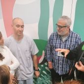 Leo Harlem y Carlos Alsina con algunos de los trabajadores del Hospital Niño Jesús