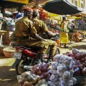 Dos soldados pasan en moto por un mercado en la capital Uagadugú (Burkina Faso).