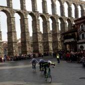 Fotografía de una edición de la Carrera del Pavo, con el Acueducto de Segovia de fondo