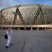 Un hombre se dirige al estadio Rey Abdullah, donde se disputa la Supercopa.