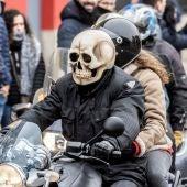 Motociclistas participan en el tradicional desfile de las banderas de la concentración anual de Pingüinos