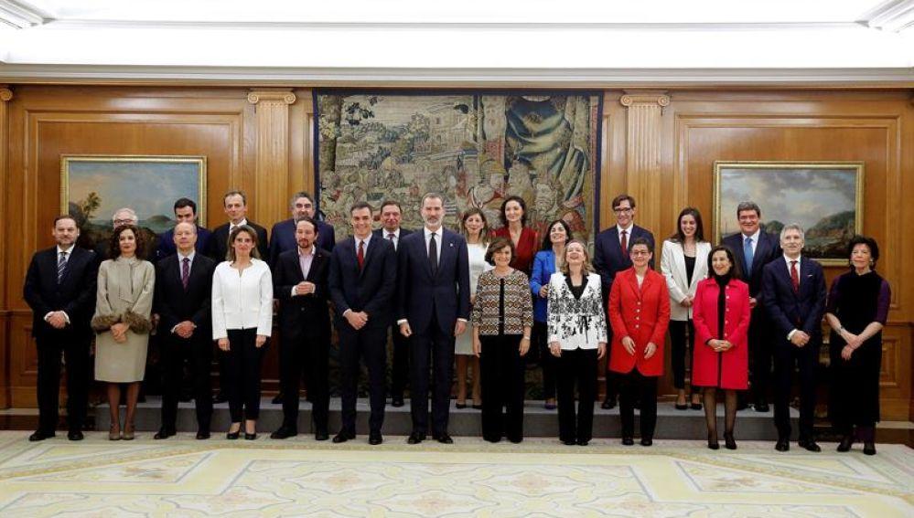 El nuevo Gobierno de coalición posa ante las cámaras con el Rey