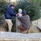 Operarios instalan el busto dedicado dedicado al Canónigo Manchón en Crevillent.