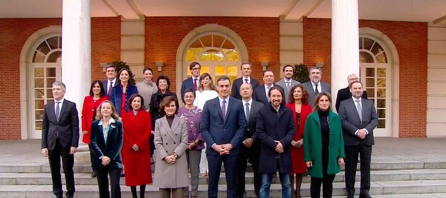 Gobierno de coalición de Pedro Sánchez en su primera foto de familia