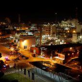 El centro de mando de los servicios de emergencia en la planta petroquímica de Tarragona