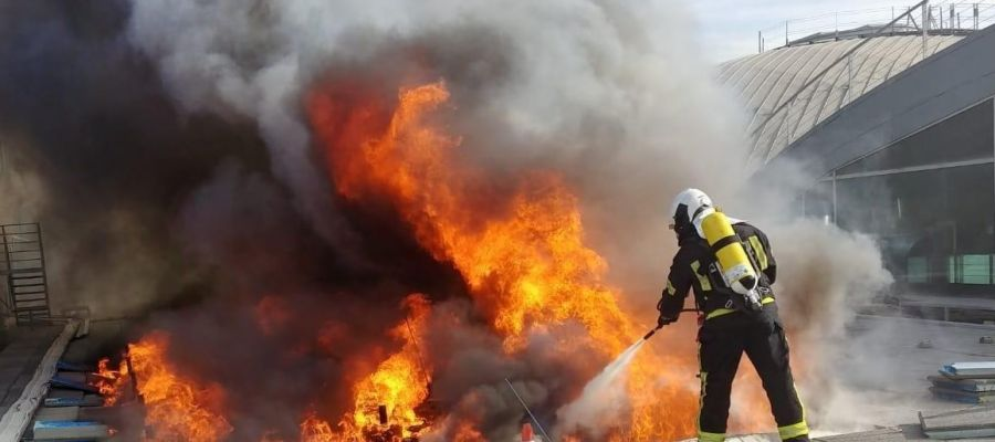 Un bombero en las labores de extinción en el aeropuerto Alicante-Elche.