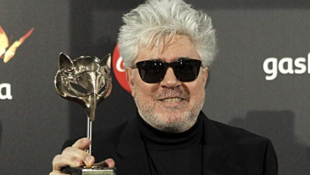 Pedro Almodóvar sostiene su galardón al Mejor Tráiler en los I Premios Feroz