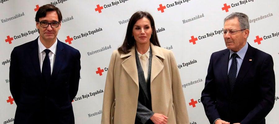 La reina Letizia junto con el ministro de Sanidad, Salvador Illa y el presidente de Cruz Roja Española, Javier Senent.