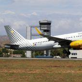 Avión despegando en el aeropuerto Alicante-Elche.