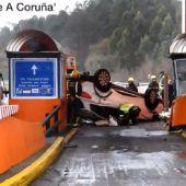 Imagen del vehículo que ha chocado contra un peaje de la AP-9 en A Coruña
