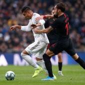 Casemiro control el balón durante el partido ante el Sevilla