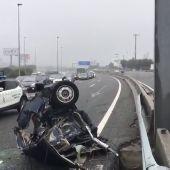 Dos heridos graves tras chocar un coche contra un pilar de señalización y partirse en dos en la A-6