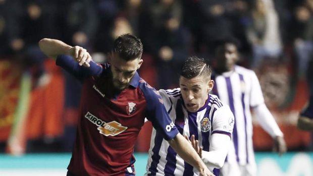 Roberto Torres y Alcaráz disputan un balón