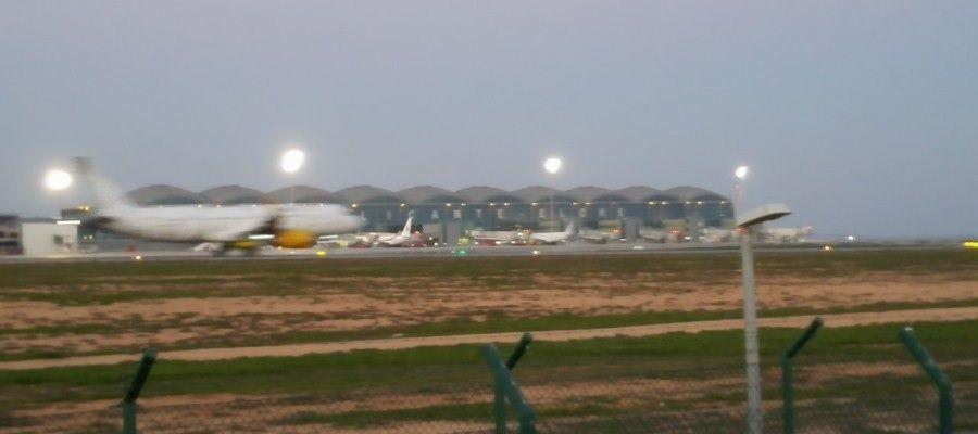 Avión despega del aeropuerto Alicante-Elche.