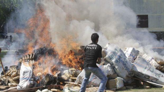 La policía de Indonesia droga a un pueblo entero al quemar más de tres mil kilos de marihuana