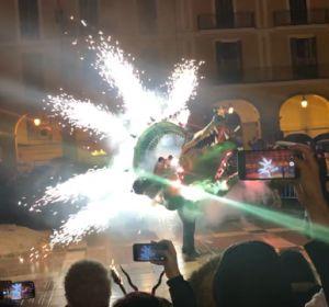 El Drac de na Coca en pleno encendido del 'fogueró' de la Plaza Mayor de Palma.