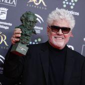 Pedro Almodóvar sostiene el Goya a la Mejor Película de 2020 por 'Dolor y gloria'