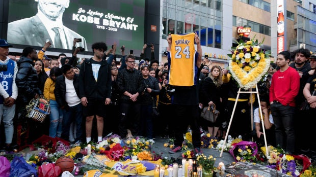 Homenajes y memoriales improvisados a Kobe Bryant en las puertas del Staples Center