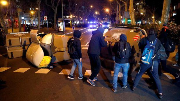 Barricadas con contenedores frente al Parlament en una protesta en apoyo a Torra