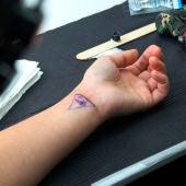 Alicia Heras se tatua en directo en Más de uno