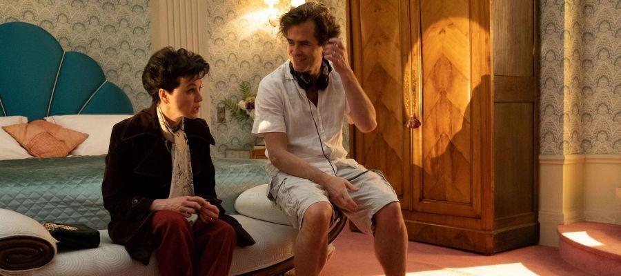 La actriz Renée Zellweger y el director Rupert Goold conversan en una pausa del rodaje de 'Judy'