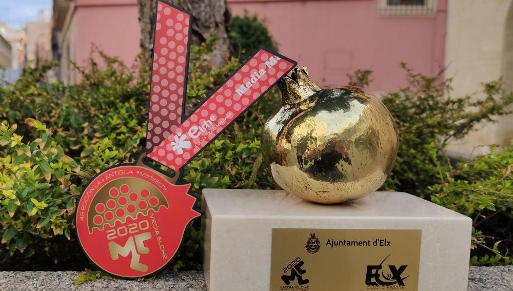 La medalla y el trofeo que se iban a entregar en la Media Maratón Interncional 'Ciudad de Elche' del año 2020.