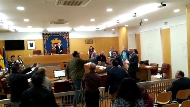 """Monumental bronca en la Asamblea de Ceuta entre miembros de Vox y Caballas: """"¡Payaso, ten huevos!"""""""
