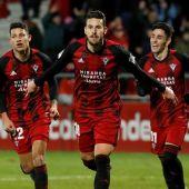 Los jugadores del Mirandés celebran un gol ante el Sevilla