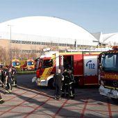 Efectivos del cuerpo de Bomberos en instalaciones aeroportuarias de Barajas a la espera del aterrizaje de emergencia