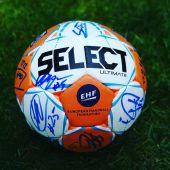 Balón oficial balonmano firmando por los jugadores del BM Ciudad de Logroño 2019-2020