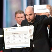 Montaje del tuit erróneo con una quiniela de los Oscar y el fallo del 'Envelopegate' en la ceremonia de 2017