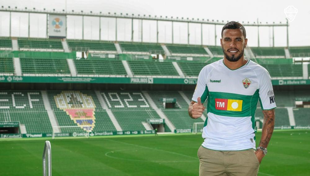 Jonathas de Jesus posa con la camiseta del Elche CF en su segunda etapa como futbolista franjiverde.