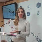 Mariana Boadella sostiene una de las botellas que se van a repartir