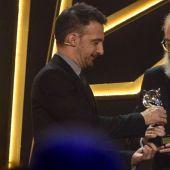 Alejandro Amenabar entrega a José Luis Cuerda el Feroz de Honor 2019