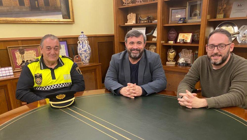 El nuevo jefe de la Policía Local de Crevillent junto al alcalde y el concejal de Seguridad.