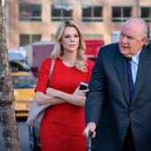 Charlize Theron y John Lithgow, en un fotograma de la película 'El escándalo (Bombshell)'
