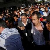 Golpean a Guaidó a su llegada al aeropuerto de Carcas