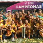 Las jugadoras del Barcelona celebran la Supercopa.