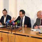 El Conseller Marc Pons, junto al Director de Fundació Impulsa, Antoni Riera y el director general de vivienda, Edu Robsy.