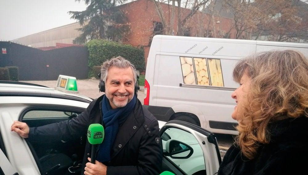 Carlos Alsina se sube al taxi en el que empieza su recorrido en busca del futuro de la radio