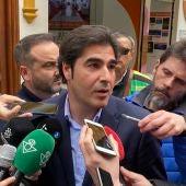 El presidente del Betis, Ángel Haro, atiende a los medios.