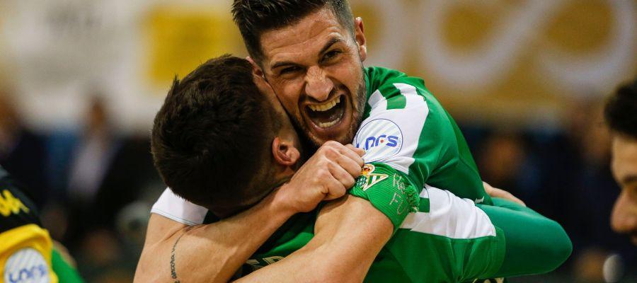 Dos jugadores del Betis Futsal celebran la clasificación.