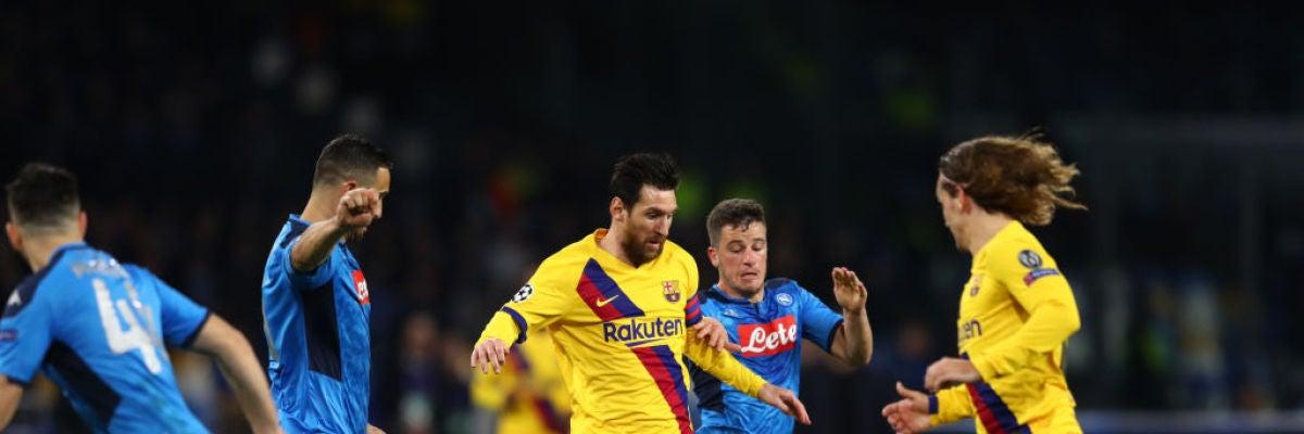 Leo Messi conduce el balón ante los jugadores del Nápoles