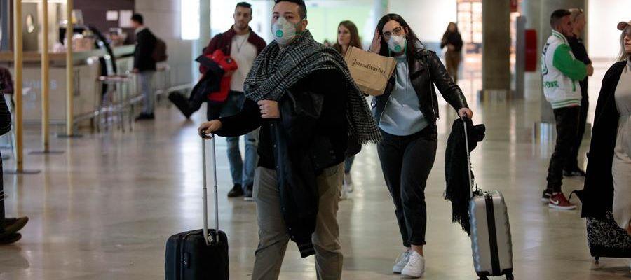 Turistas españoles regresan al aeropuerto de Manises (Valencia) desde Italia
