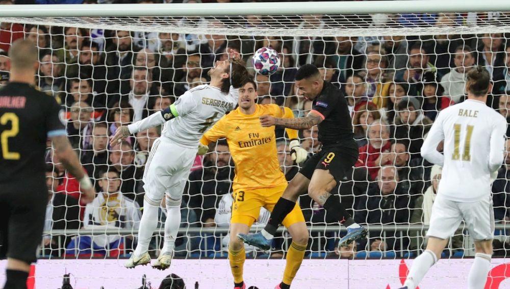 Gabriel Jesús remata ante Sergio Ramos en la jugada del empate del City ante el Real Madrid