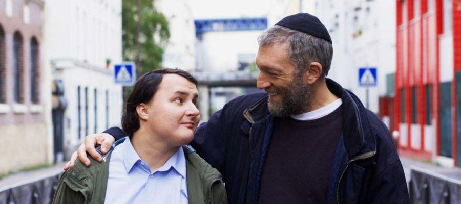 Fotograma de la película 'Especiales', con el actor Vincent Cassel a la derecha de la imagen