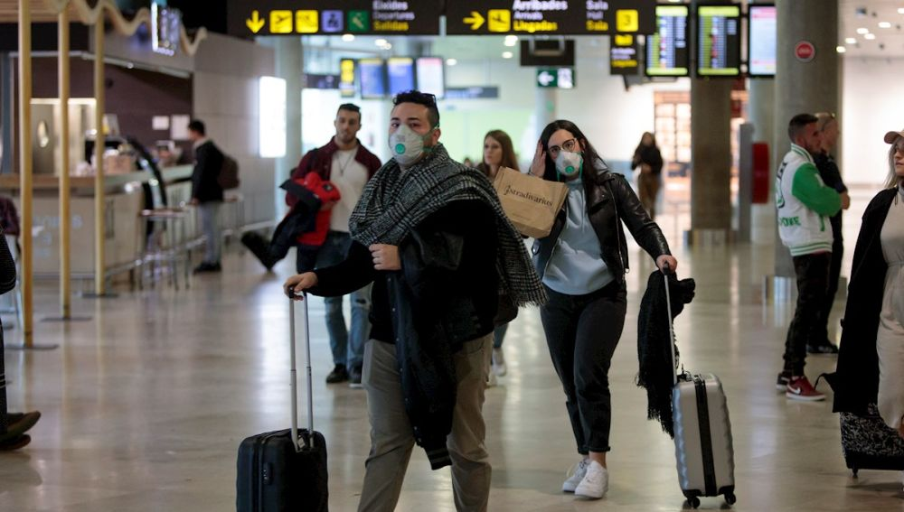 Coronavirus   Gente con mascarillas en el Aeropuerto de Manises (Valencia)