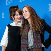 La actriz Érika Rivas y la directora Natalia Meta, en el photocall de 'El prófugo' durante la Berlinale 2020