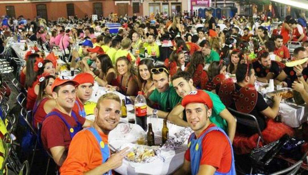 Imatge de les penyes durant el sopar de germanor en la plaça Major.